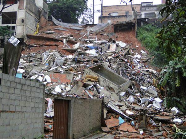 Desabamento em Belo Horizonte deixa um morto, dizem bombeiros