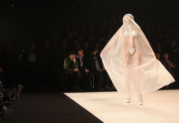 Berlin Fashion Week: vestido de noiva causa impacto