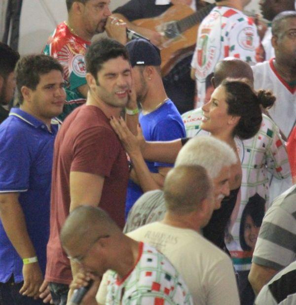Ex-BBB Kadu e Lizzi Benites curtem samba bem juntinhos