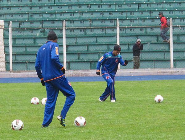 Jeito e força: Ronaldinho e Renato tentam fazer da altitude uma aliada