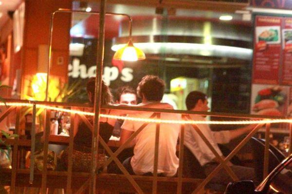 Caio Castro e Giovanna Lancellotti trocam carinhos durante jantar