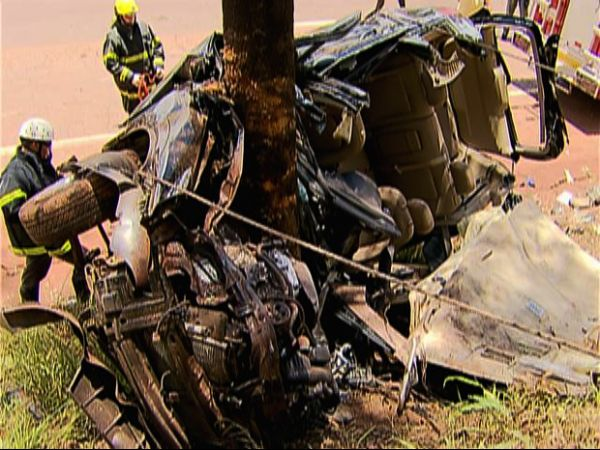 Após suposto pega, carro sofre batida feia e fica preso em árvore; amplie