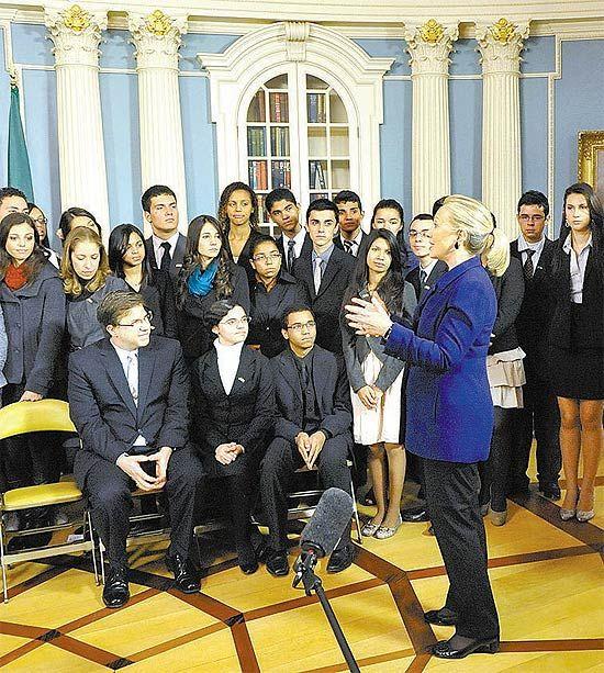 Assistente de Hillary diz que há vaga para quem fala português