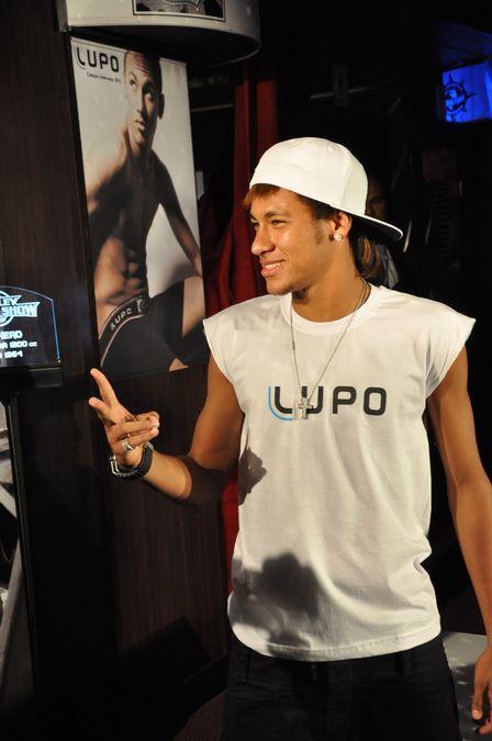 Neymar se recusa a desfilar de cueca e decepciona em evento