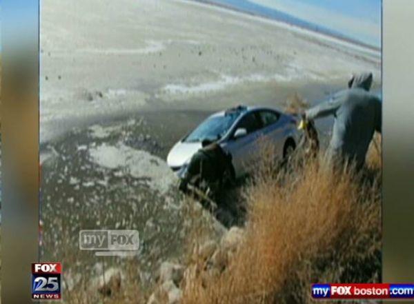 Americana de 61 anos passa uma semana em carro atolado na lama