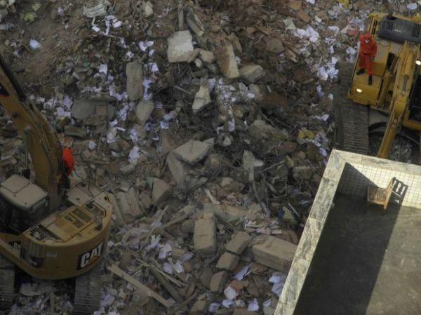 Bombeiros retiram sexto corpo de desabamento de três prédios  no Rio de Janeiro