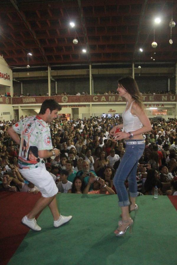 Luciana Gimenez faz contorcionismo na escola Grande Rio