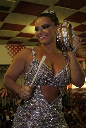 Viviane Araújo chama atenção com vestido prata no Salgueiro