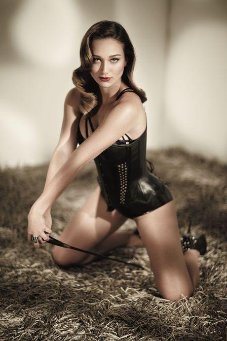 Maria Pinna em novas fotos para ensaio sensual: ?Não me acho gostosona?