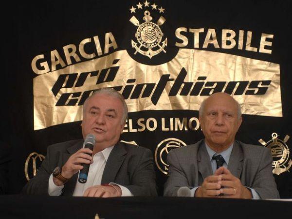 Oposição vê Adriano humilhado e sem autoestima no Corinthians