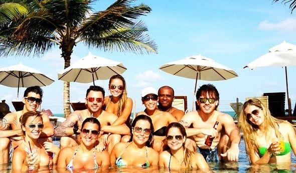 Casal Gusttavo Lima e Coleguinha Karen curtem resort com sertanejos e várias gatas
