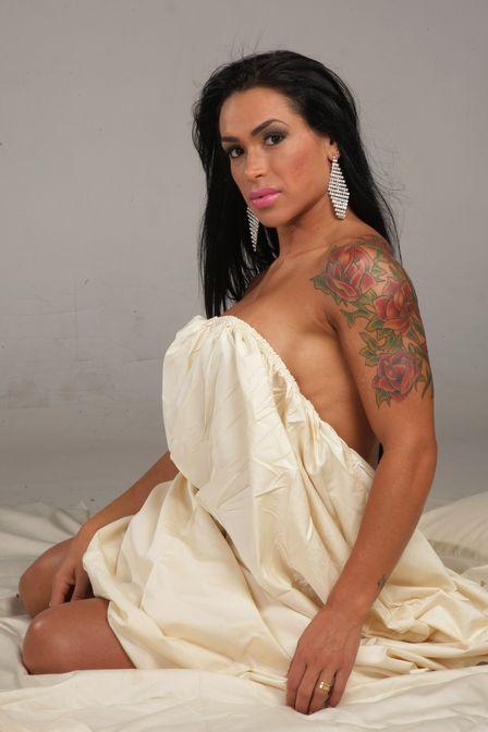 Mulher de Alexandre Frota posa sensual e fala do relacionamento