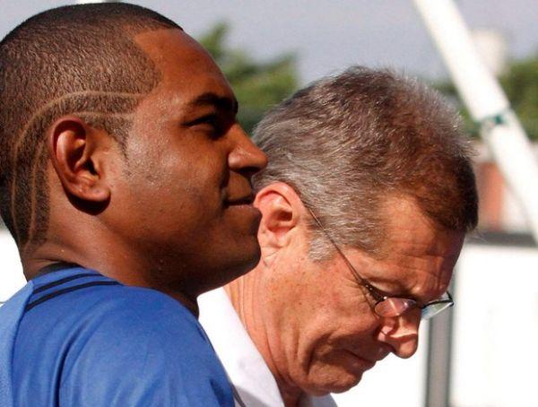 Apenas no olhar, Jobson conquista Oswaldo em sua volta ao Botafogo