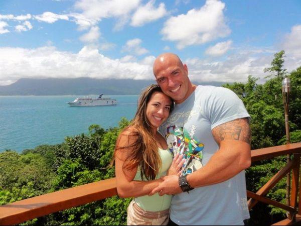 Ex-BBB Michelly troca beijos com namorado fortão na praia