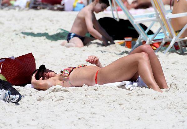 Carolina Dieckmann exibe corpão em dia de praia no Rio; fotos!