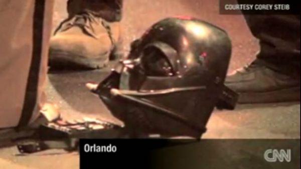 Homem com máscara de Darth Vader agride policial na Flórida