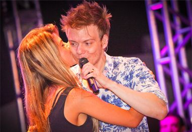 Popstar e casado, Michel Teló é agarrado pela ex-BBB Cacau