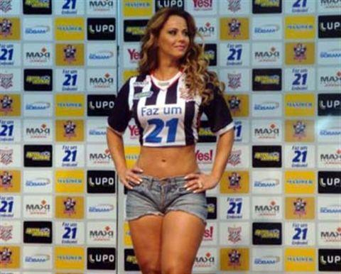 Viviane Araújo vira modelo em lançamento de uniforme de futebol
