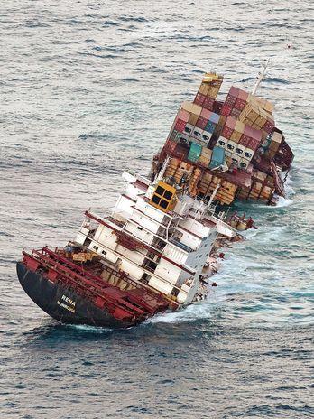 Após meses encalhado, navio se parte em dois na Nova Zelândia