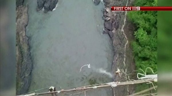 Jovem mostra escoriações após bungee jump se romper e cair em rio