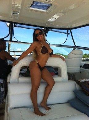 Chique! Mulher Melão curte sol de Cancún em passeio de lancha