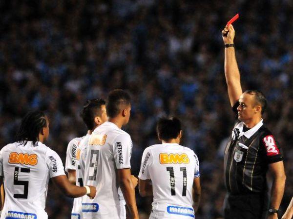 Expulso, Neymar dispara contra arbitragem: