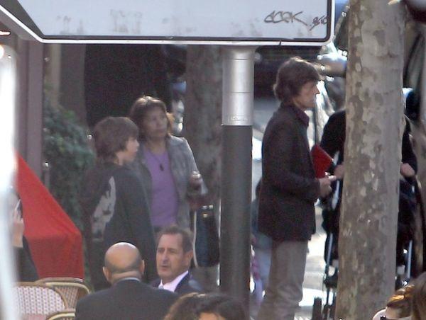 Filho de Luciana Gimenez passeia com o pai, Mick Jagger, em Paris