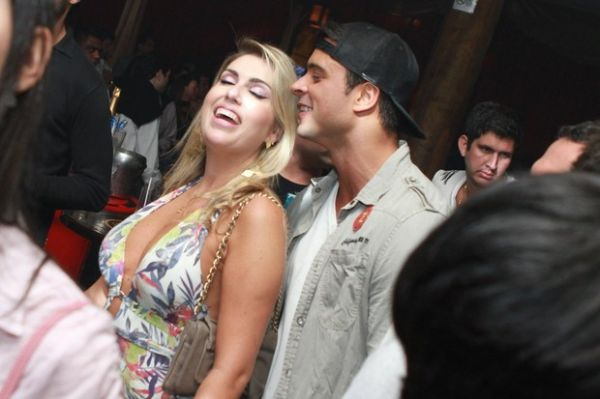 Sem Nicole Bahls, Gustavo Salyer curte noite cercado de mulheres