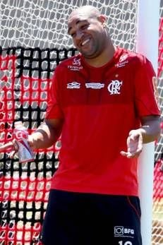 Adriano está próximo de poder jogar um tempo pelo Flamengo, diz fisiologista