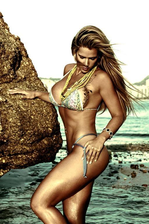 Furacão da CPI e Douglas Sampaio posam em traje de praia para catálogo