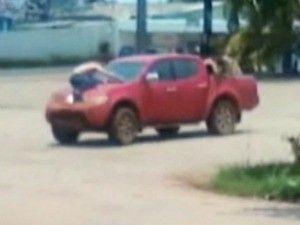 Ladrões assaltam banco e fogem com refém em capô de carro