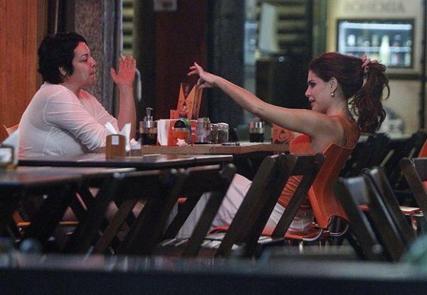 Sem Thiago Martins, Paloma Bernardi  se diverte com amigas