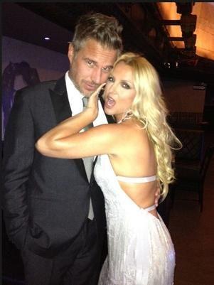 Britney Spears posa provocante ao lado do noivo