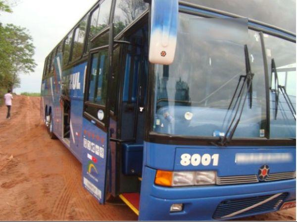 Ladrões assaltam ônibus de dupla sertaneja e trancam músicos