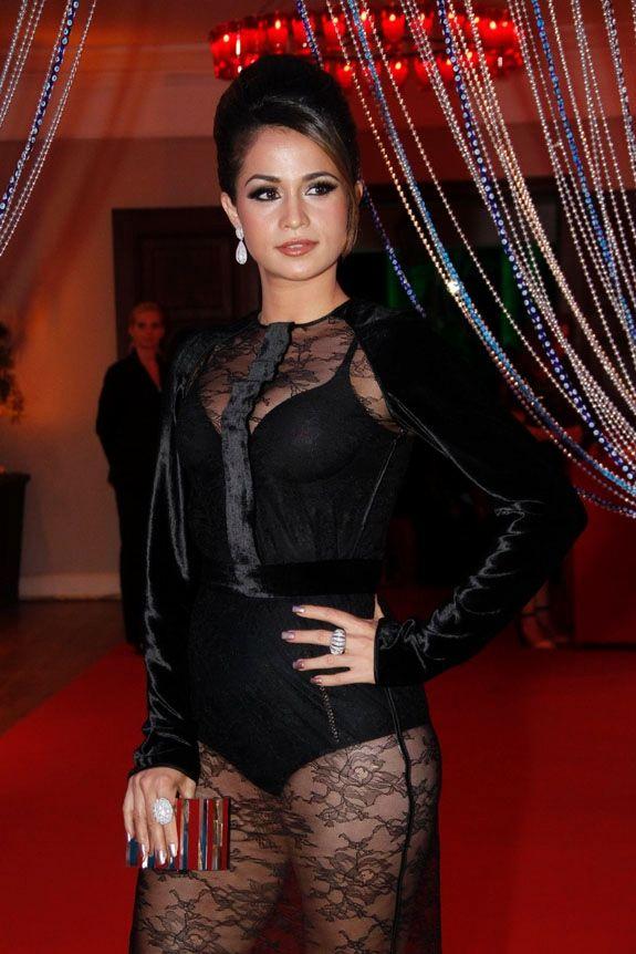Nanda Costa vai de vestido transparente à festa: