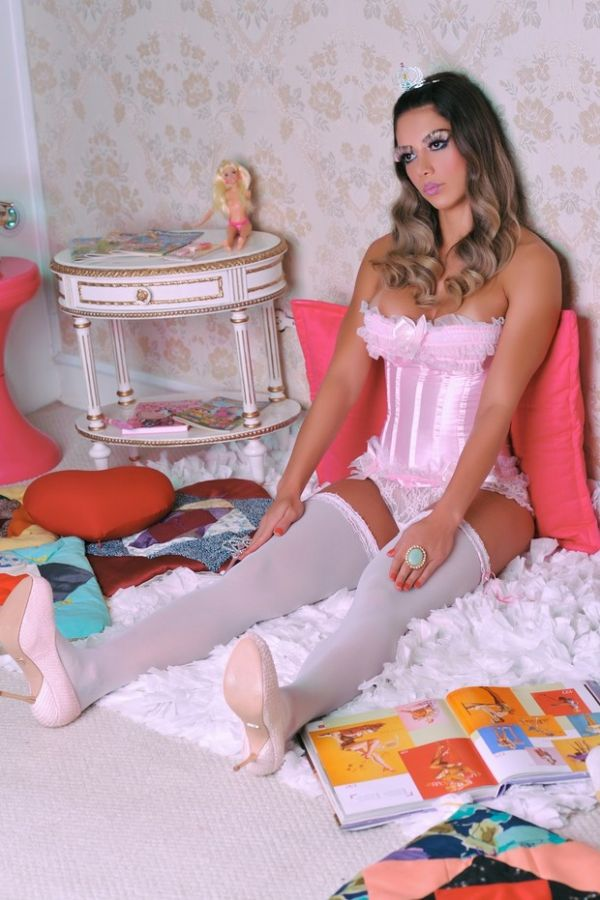 Boneca sexy! Graciella Carvalho posa em clima do Dia das Crianças
