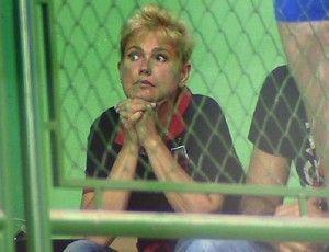 Loira de novo, Xuxa veste camisa do Fla e coruja Sasha em jogo