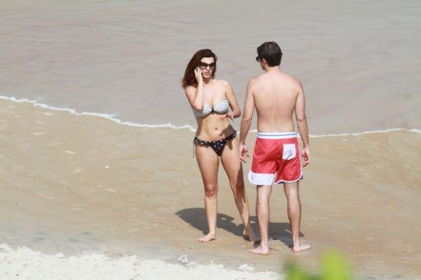 Mayana Neiva troca beijos com o namorado à beira-mar