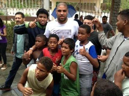 No Dia das Crianças, Adriano prestigia garotada em centro de reabilitação