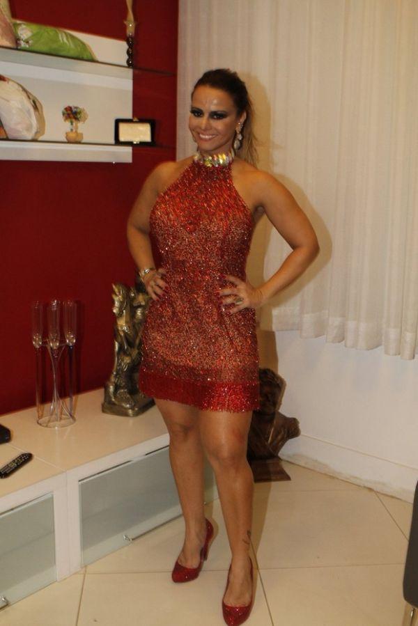 Vivi Araújo ganha beijo de fã no coxão em festa no Salgueiro
