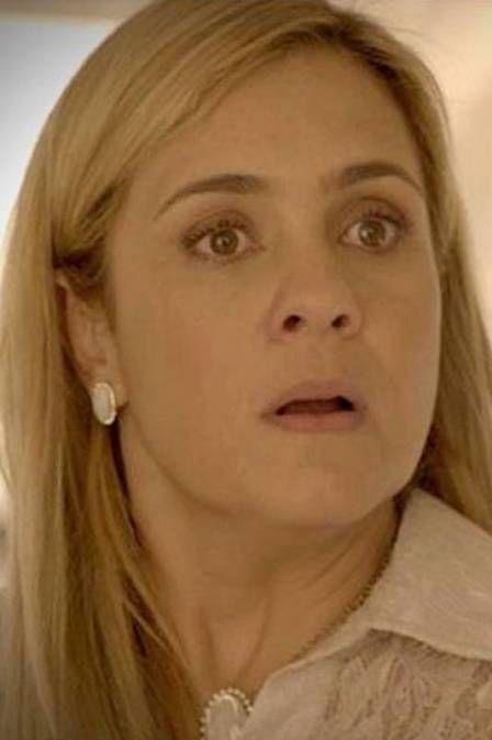 Adriana Esteves é tietada até por porteiros do prédio onde mora