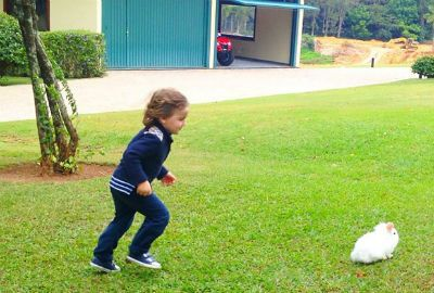Fofura em dose dupla: Rafa Justus se diverte com coelhinho