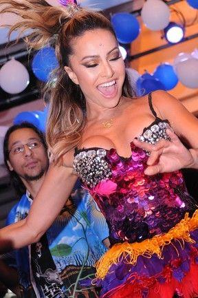 Decotada, Sabrina Sato mostra o rebolado em noite de samba