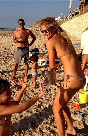 Modelo Bar Refaeli mostra corpão se divertindo na praia