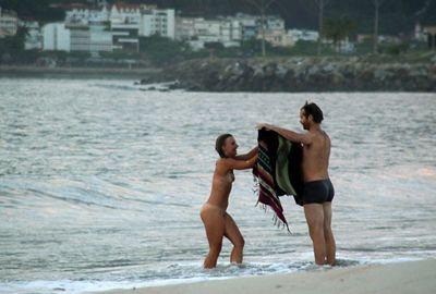 Mulher é flagrada tomando banho nua na orla do Flamengo, no Rio