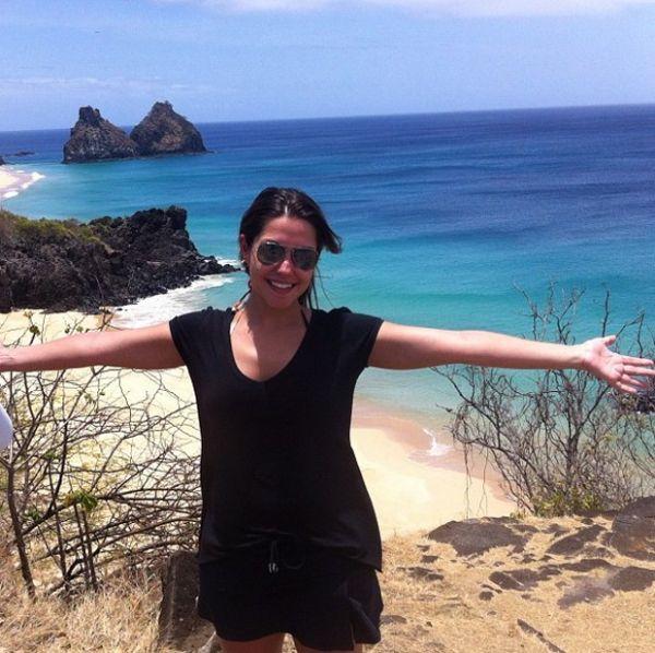 Thais Fersoza posa em praia