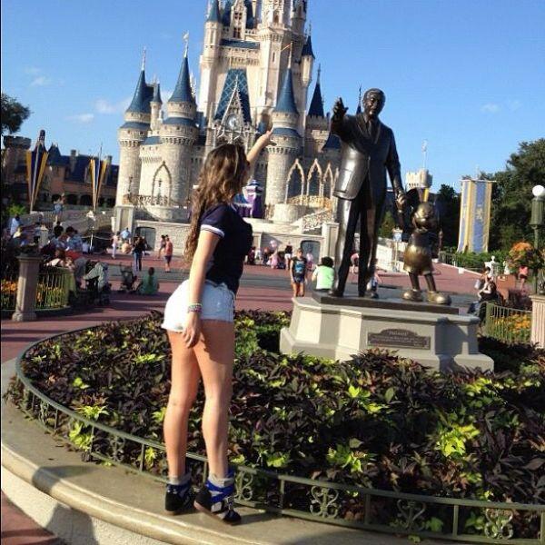 Usando um short curtíssimo, ex-BBB Laisa curte a Disney