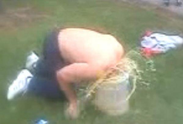 Bêbado mergulha cabeça em balde de urina e ganha R$ 900 em aposta