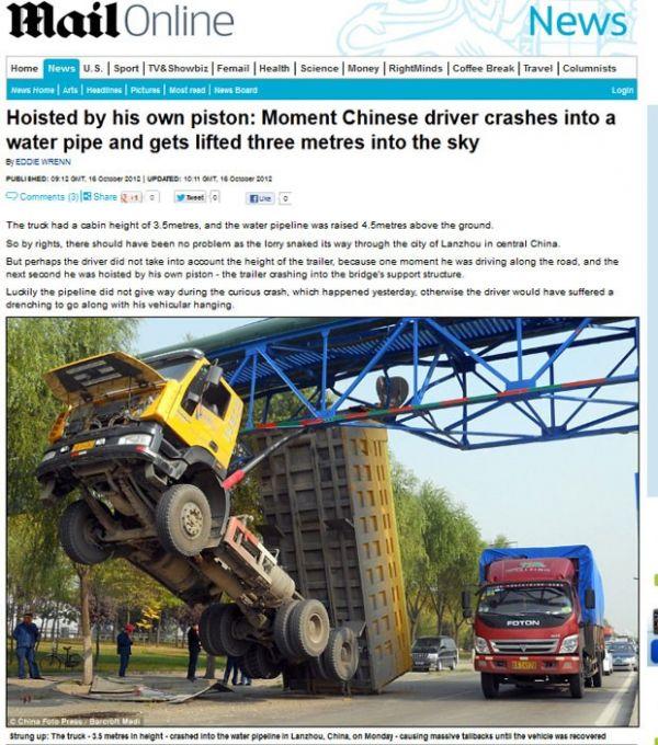 Caminhão atinge tubulação de água na China e fica suspenso