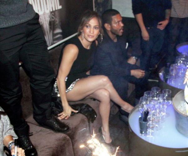 De vestido curtinho, Jennifer Lopez exibe pernas e quase mostra demais